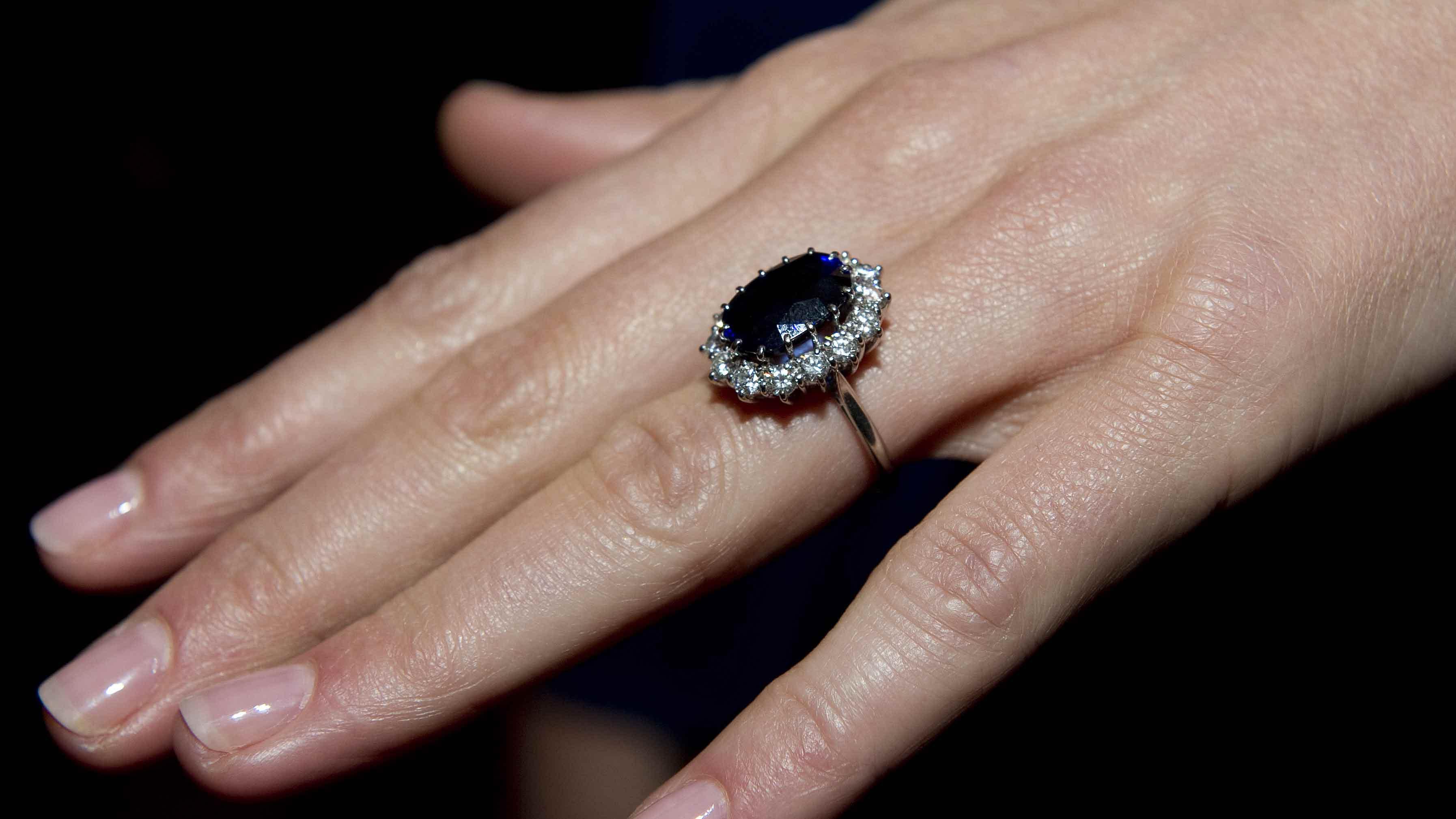 Kate-Middleton-Garard-sapphire-engagement-ring