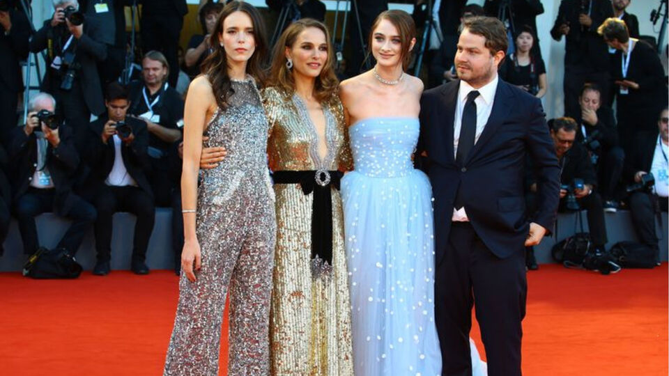 Natalie Portman Helped Her Co-Star With A Wardrobe Malfunction On The Red Carpet
