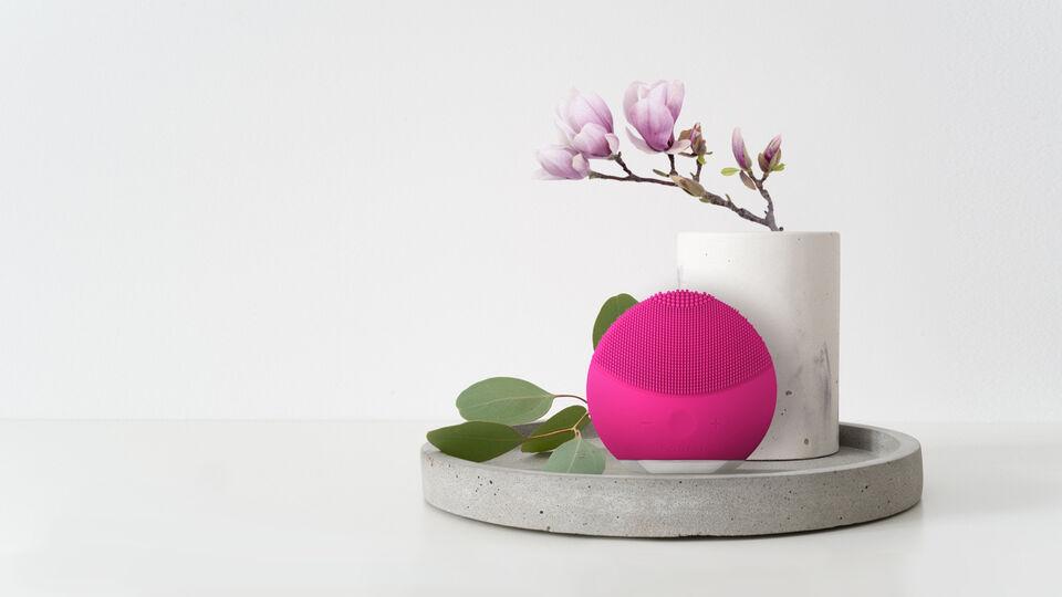 foreo-luna-mini-2-facial-cleansing-brush-in-decor-1