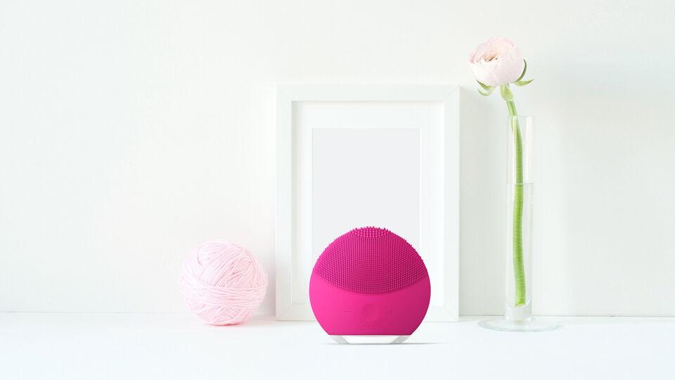 foreo-luna-mini-2-facial-cleansing-brush-in-decor