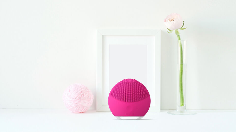 foreo-luna-mini-2-facial-cleansing-brush-in-decor