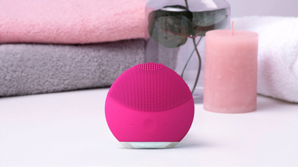 foreo-luna-mini-2-facial-cleansing-brush-in-the-bathroom