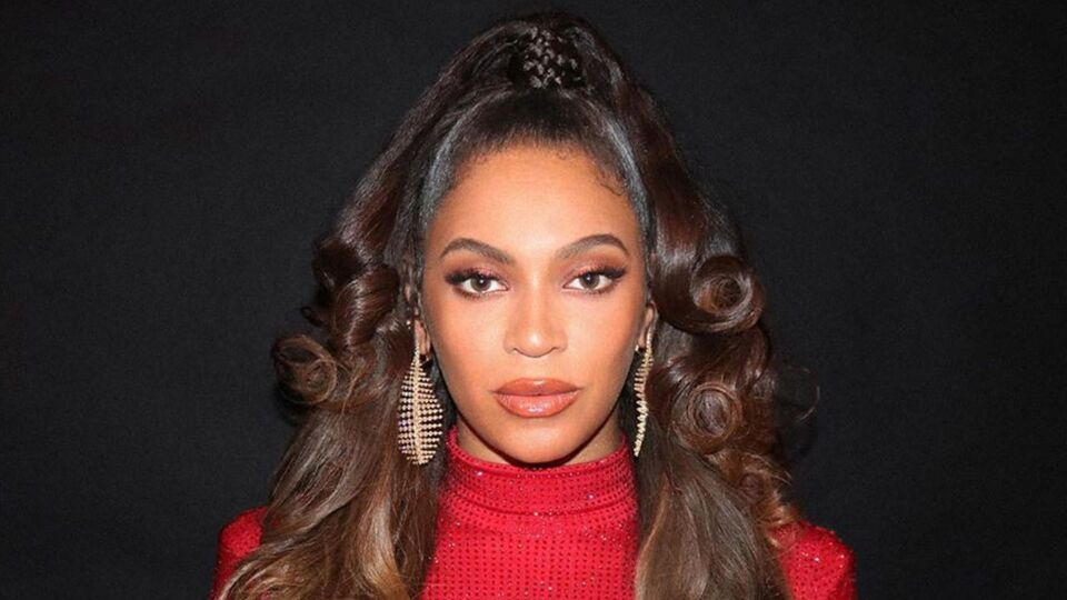 Beyoncé Just Wore A Skintight Red Gown Covered In Swarovski Crystals