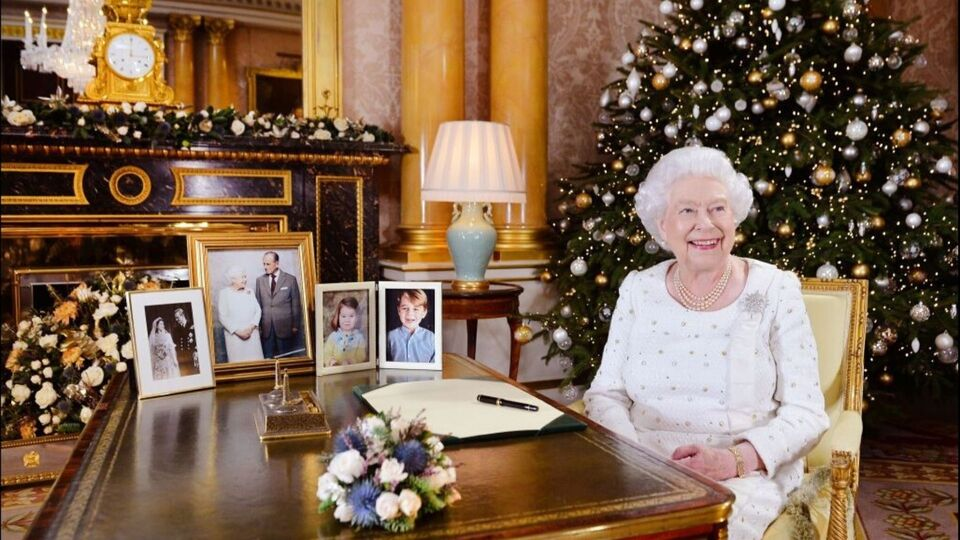 Queen Elizabeth Does Her Own Make-Up Every Day