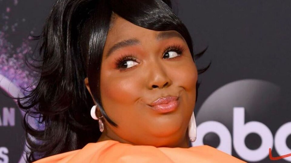 The Internet Has Gone Into Meme-Overdrive Over Lizzo's Tiny Handbag From The AMAs