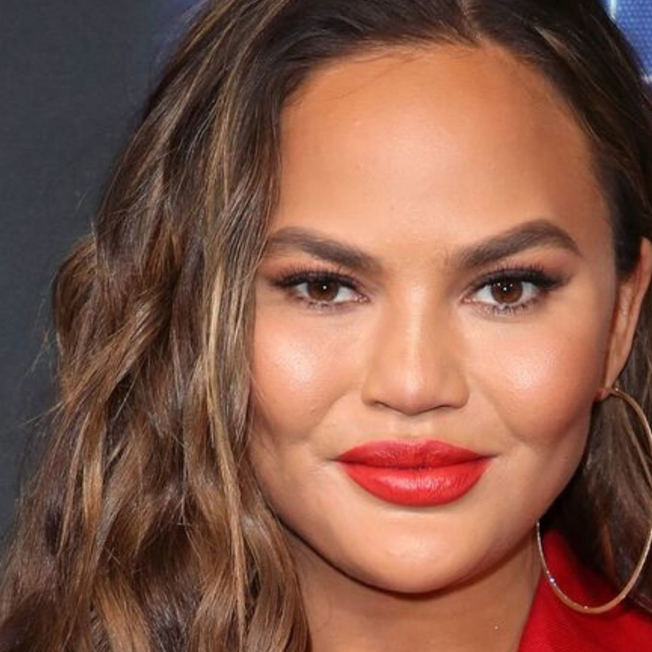 Chrissy Teigen's Debuts Shorter Hair With A Fresh, Feathered Cut