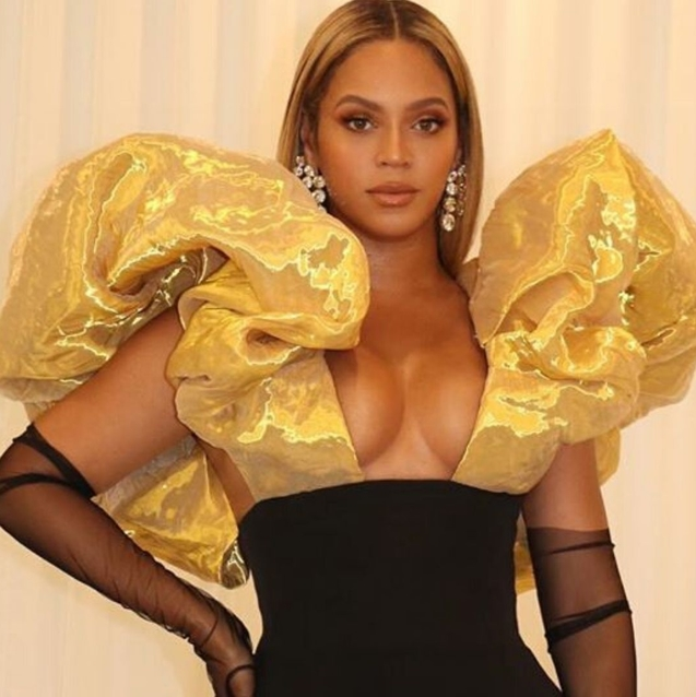 Beyoncé Didn't Stand For Joaquin Phoenix's Standing Ovation At The Golden Globes